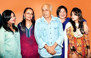 Alia Bhatt family with parents and sister pic