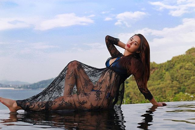 Surveen Chawla hot photo
