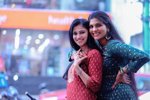 Kavitha Gowda with her sister Monisha gowda