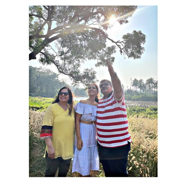 Raashi Khanna with her father and mother